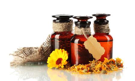ringelblumen: Medizin-Flaschen und Ringelblume, isoliert auf wei� Lizenzfreie Bilder