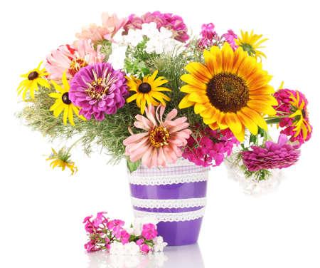 Mooi boeket van heldere bloemen op wit wordt geïsoleerd Stockfoto