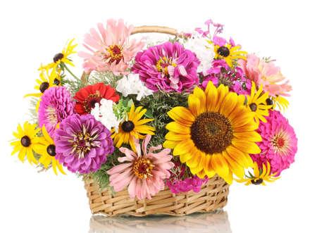 fleurs des champs: Beau bouquet de fleurs aux couleurs vives dans le panier isol� sur blanc