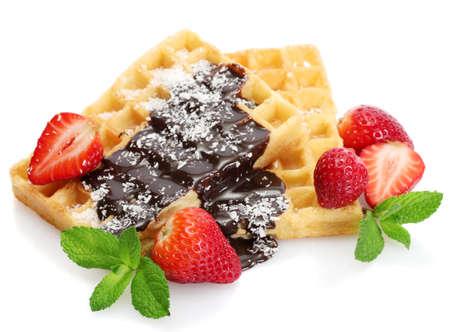 waffles: gofres belgas con fresas y menta aislados en blanco Foto de archivo