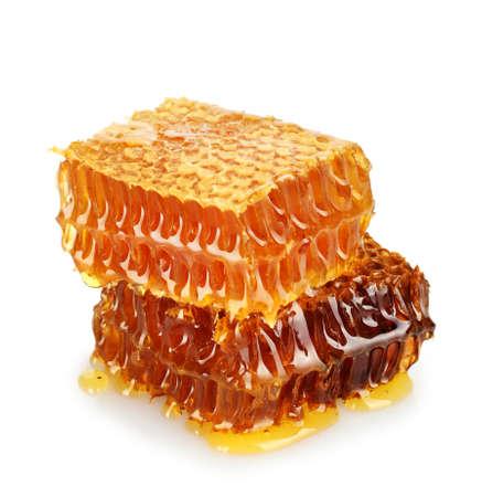peigne: nids d'abeilles avec du miel doux, isol� sur blanc