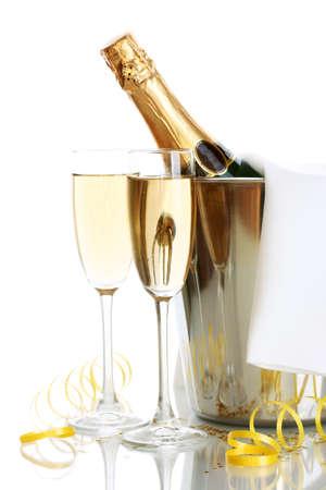 botella champagne: Botella de Champagne en un cubo de hielo y vasos de champán, aislado en blanco