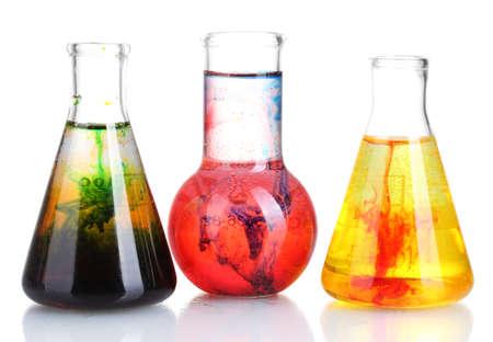 vaso de precipitado: tinta brillantemente en un frasco con agua aislado en blanco
