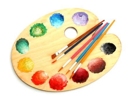 art palette en bois avec peinture et pinceaux isolé sur blanc