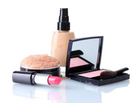 ensemble de produits de maquillage isolés sur fond blanc
