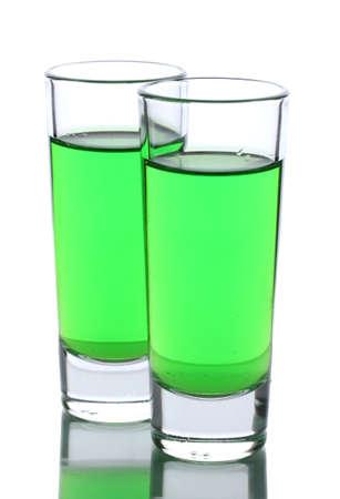 ajenjo: Dos vasos de absenta aislado en blanco