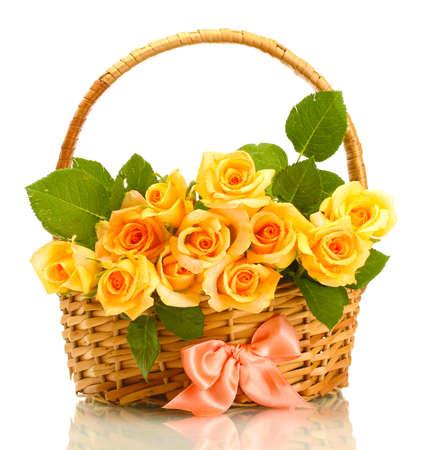 mooi boeket van rozen in mand geà ¯ soleerd op wit Stockfoto