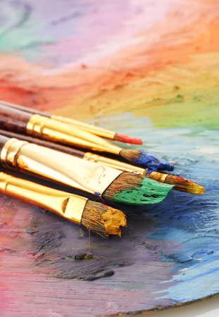 acrylverf en penselen op houten palet