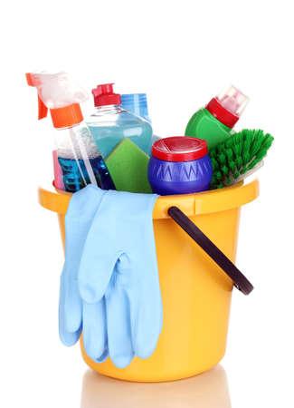 clean home: Reiniging artikelen in emmer op wit wordt geïsoleerd Stockfoto