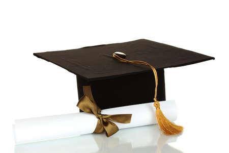 graduacion escolar: Sombrero de Grad y diploma aislados en blanco