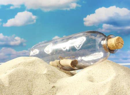 Bouteille en verre avec note à l'intérieur sur le sable, sur fond de ciel bleu Banque d'images