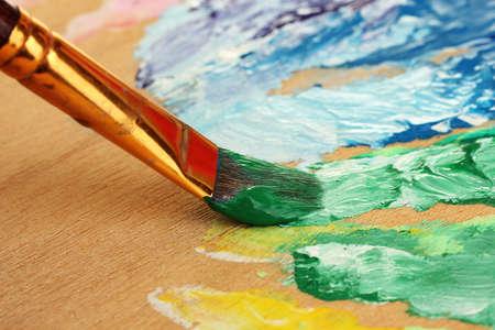 guache: Pintura gouache abstracto y pincel en la paleta de madera Foto de archivo