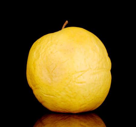 scarring: Mela gialla come concetto di problema di pelle isolato su fondo nero