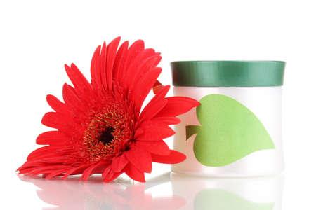 Tarro de crema con flores aisladas en blanco
