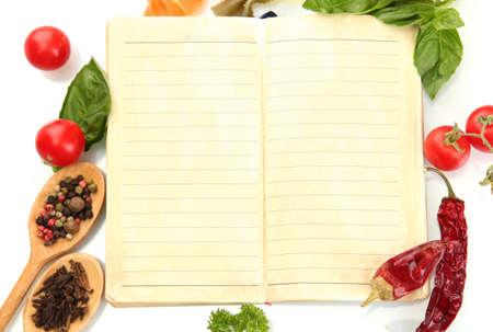 leeres buch: Buch f�r Rezepte, Gem�se und Gew�rze, isoliert auf wei�