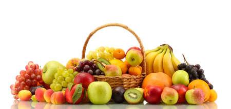 fruitmand: Assortiment van exotische vruchten in mand geà ¯ soleerd op wit