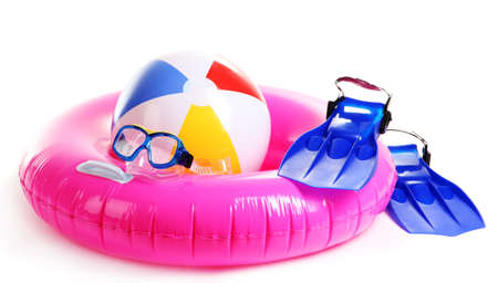 flippers: anillo de la vida, bola inflable, aletas y m�scara aislados en blanco