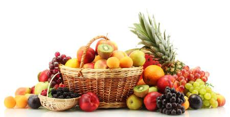 canasta de frutas: Surtido de frutas ex�ticas y bayas en canastas aisladas en blanco