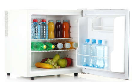 Minibar Kühlschrank Weiß : Mini kühlschrank voller flaschen saft soda und obst isoliert auf