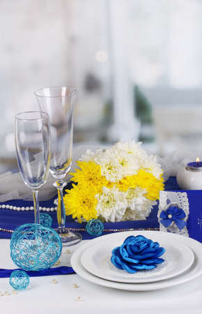 flower arrangement white table: Serving fabulous wedding table in purple and blue color of the restaurant background