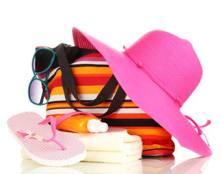 Bolsa de playa con accesorios aislados en blanco Foto de archivo