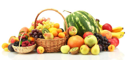 Surtido de frutas exóticas y bayas en canastas aisladas en blanco