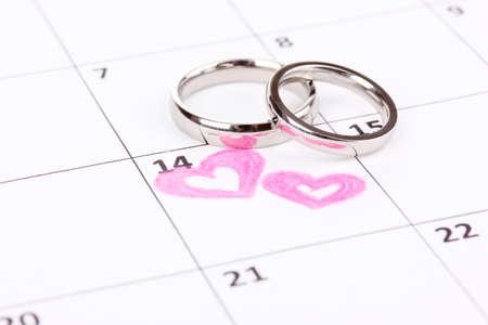 약혼: 흰색에 고립 된 결혼 반지