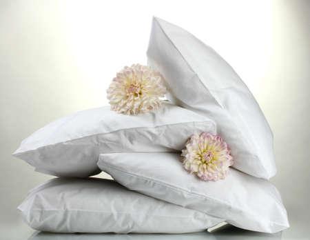kussens en bloemen, op een grijze achtergrond