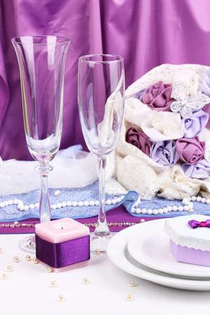 decoracion mesas: Sirviendo a la mesa de boda fabuloso de color p�rpura sobre fondo morado