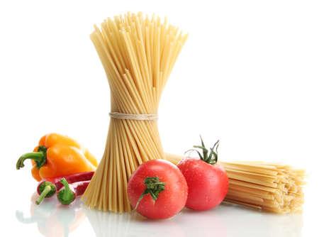 Pasta espaguetis, tomates y pimientos, aislado en blanco Foto de archivo