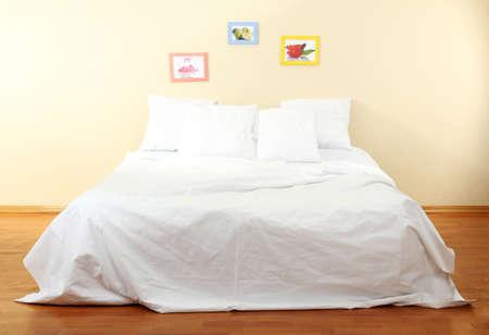 Lit vide avec des oreillers et des draps dans la chambre Banque d'images