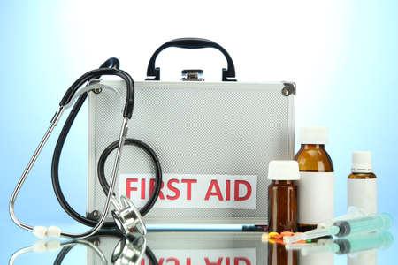 first aid box: Caja de primeros auxilios, sobre fondo azul Foto de archivo