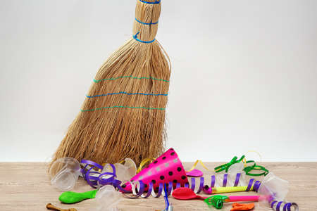 broom handle: Broom barrer la basura despu�s de una fiesta en el fondo blanco close-up