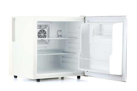 nevera: Abrir un mini-nevera vac�a aislados en blanco