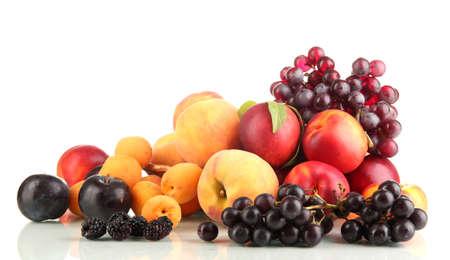 Rijp fruit en bessen geïsoleerd op wit Stockfoto