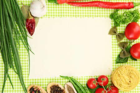 cocina antigua: papel para recetas, verduras y especias sobre fondo verde
