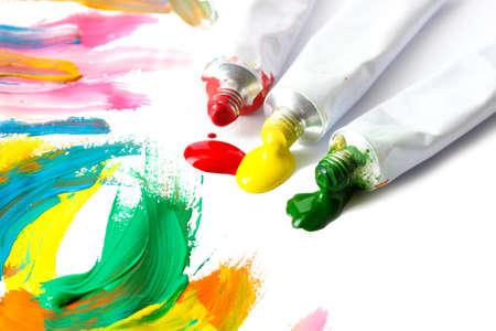guache: Pintura de acr�lico abstracto y tubos de pintura aislado en blanco Foto de archivo