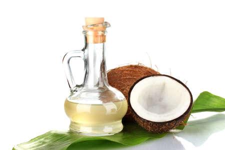 흰색에 고립 된 코코넛 오일과 코코넛으로 디켄터