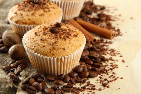 베이지 색 배경에 초콜릿, 향신료, 커피 씨앗, 맛 머핀 케이크