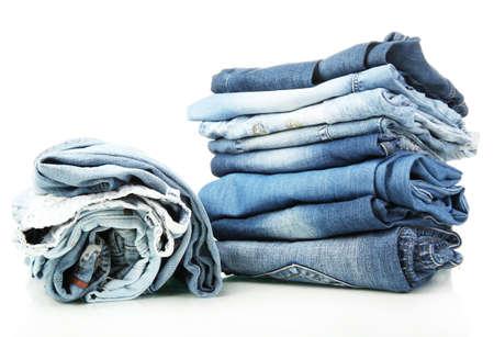 vestidos antiguos: Lote de diferentes blue jeans aislados en blanco Foto de archivo