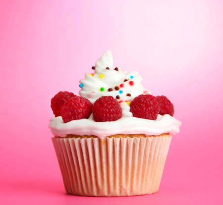 cup cakes: tasty cupcake with berries, on pink background