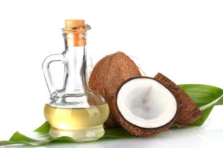 coconut oil: decanter con olio di cocco e noci di cocco isolato su bianco