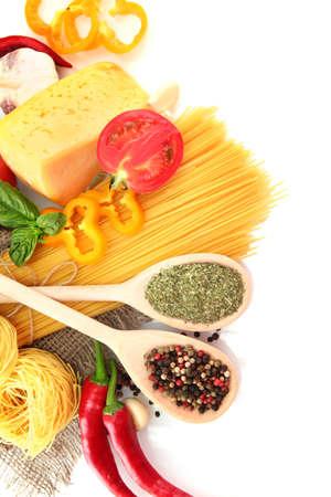 tallarin: Espaguetis pasta, verduras y especias, aislados en blanco