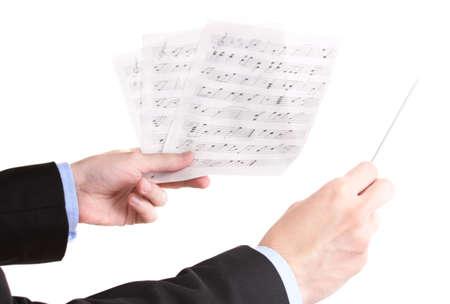 Música manos de conductores con bastón y notas aisladas en blanco