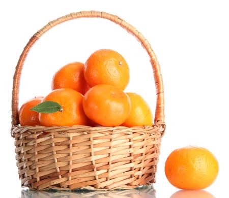 canasta de frutas: mandarinas con las hojas en una hermosa canasta aisladas en blanco