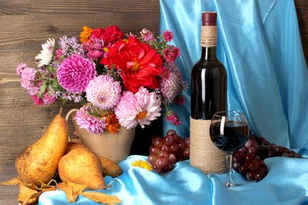 Maravilloso otoño Bodegón con frutas y vino
