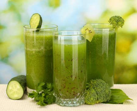 brocoli: Tres tipos de jugo verde sobre fondo brillante