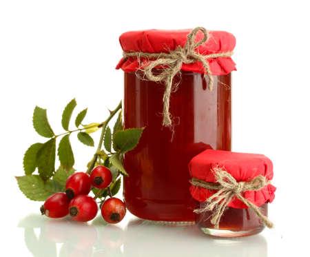vasetti con marmellata hip rose e frutti di bosco maturi, isolato su bianco