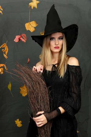 sorci�re halloween: Halloween sorci�re avec un balai sur fond gris Banque d'images
