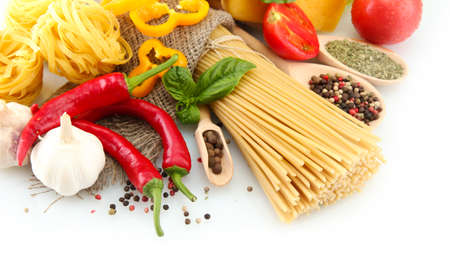 macarrones: Espaguetis pasta, verduras y especias, aislados en blanco